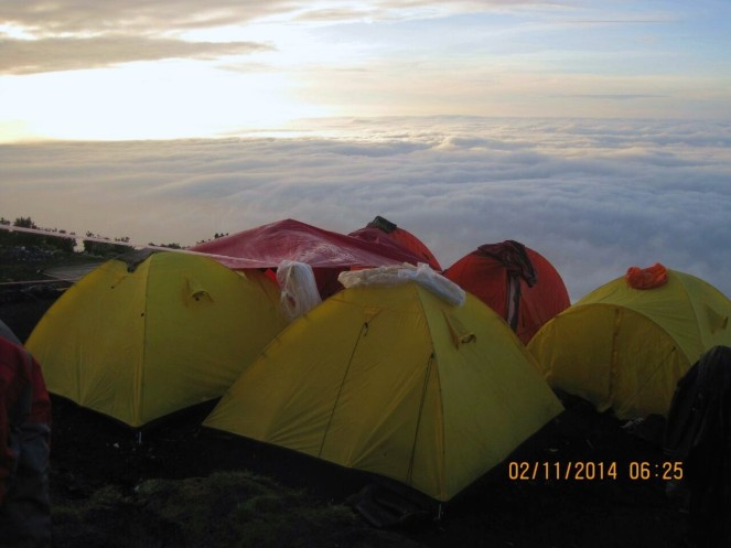 berkemah di atas awan... oh! (courtesy of MbakAni)